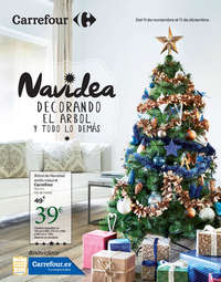 Navidea decorando el árbol y todo lo demás